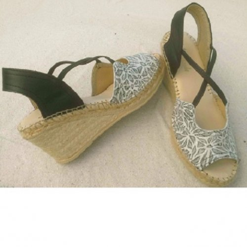 thin elastic sandal